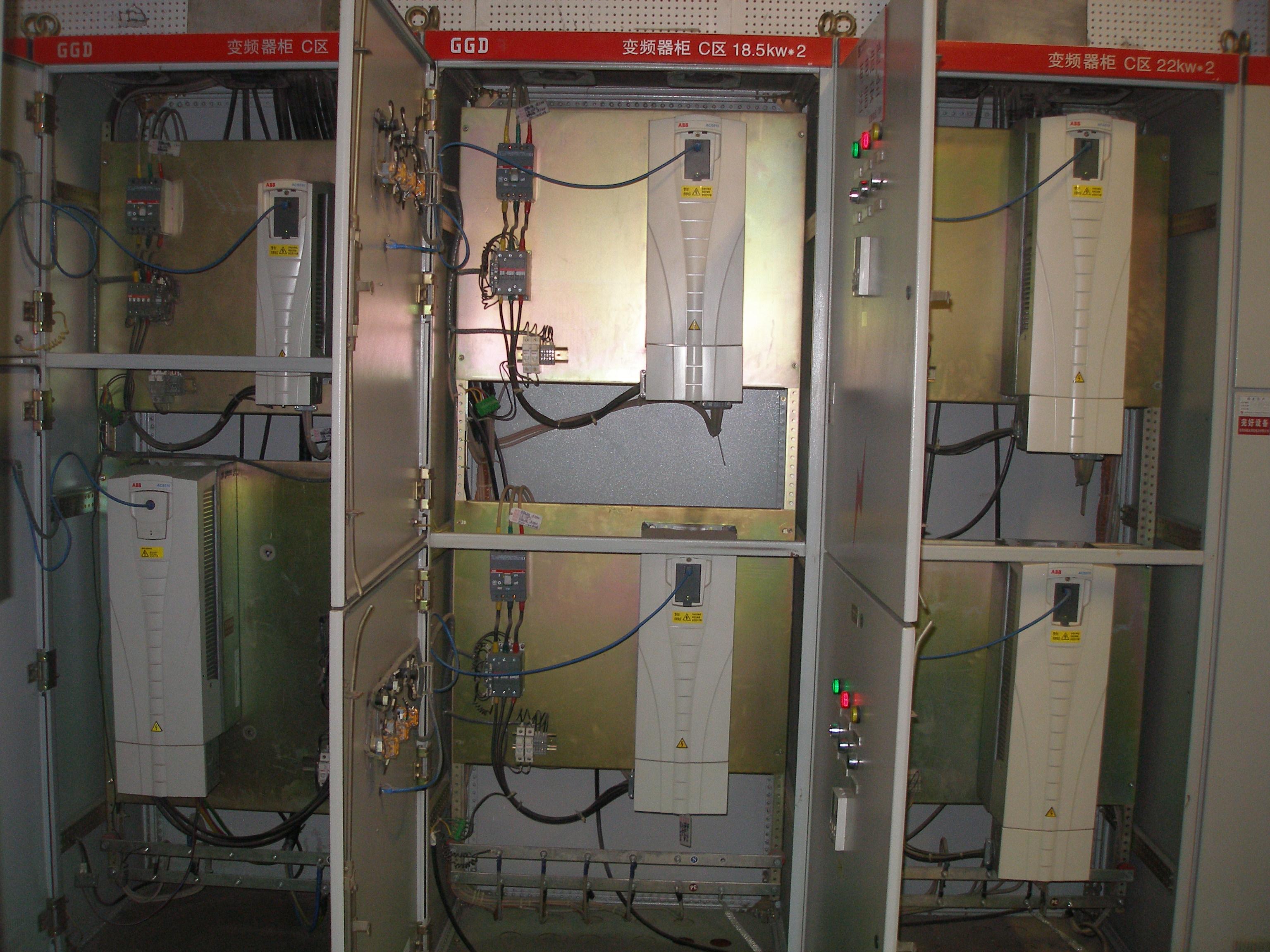 这是中央空调中的dcs控制小循环风机的变频器