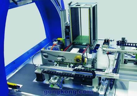 在第二个工作站,读取印刷电路板并进行编程和测试,然后在